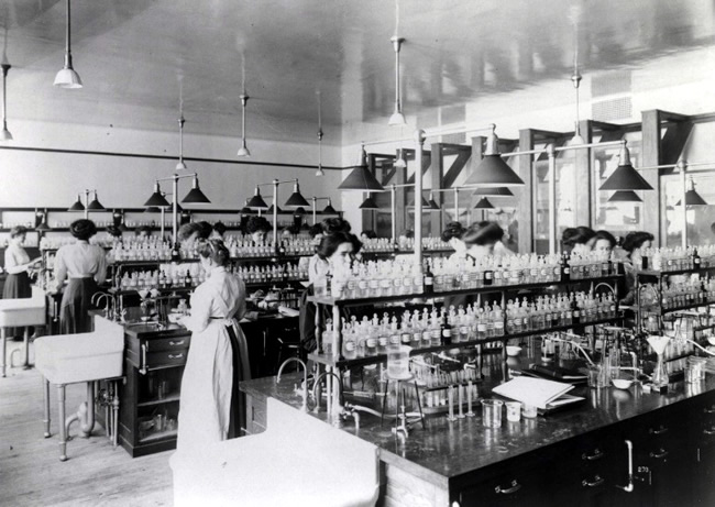 Grace Dodge Hall. Chemistry Laboratory With Students. (Ca. 1910). Gottesman Libraries at Teachers College, Columbia University.