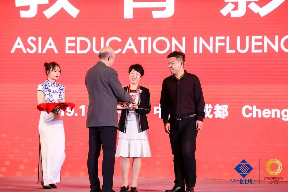 Xiaodong Lin-Siegler accepts award in China